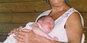 Foto di Rita seduta con in braccio un neonato